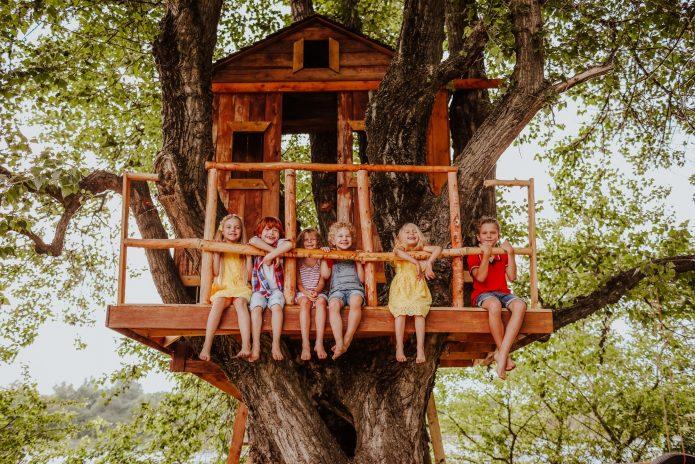 Enfants dans une cabane en bois dans les arbres